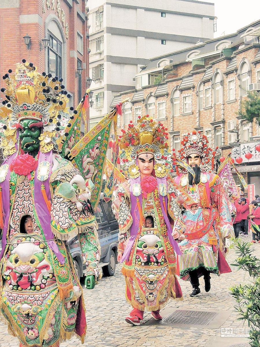 全台唯一的陶神神像,19日在神將的帶領下在鶯歌老街熱鬧遶境。(陳俊雄攝)