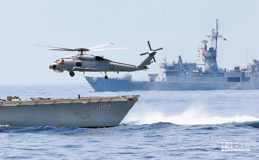 大陸軍艦今年開始在台灣海峽巡弋,我方軍艦亦步亦趨監控;圖為海軍操演。(本報系資料照片)