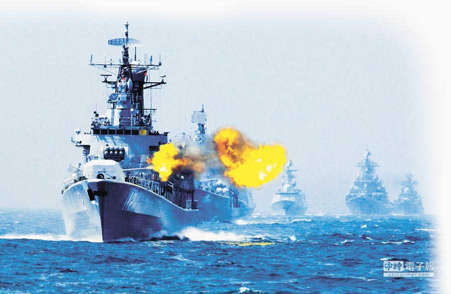 大陸軍事專家直言解放軍東海實彈演習,是為台獨分子「量身定製」。圖為解放軍在東海某海域對海上目標進行射擊。(新華社資料照片)