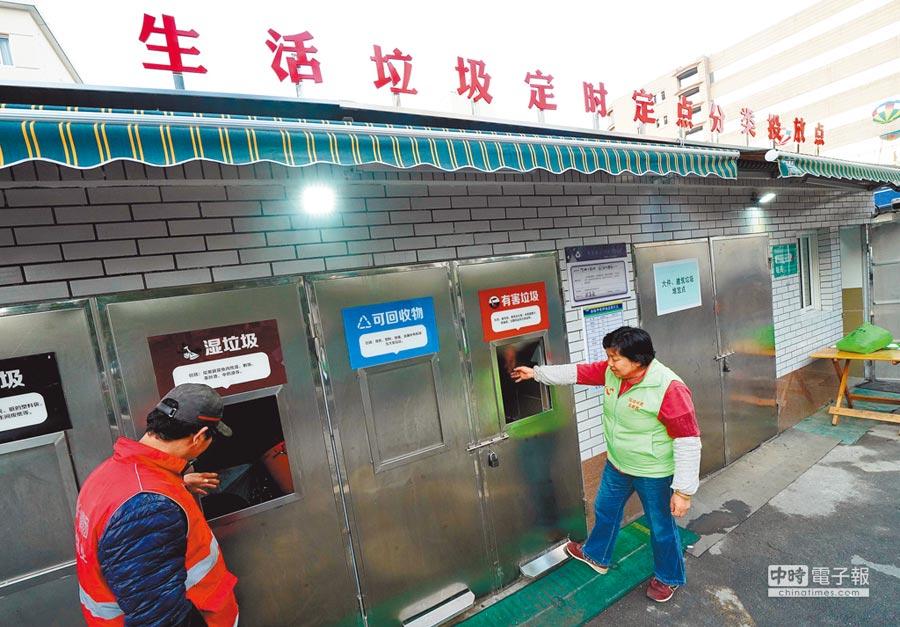 上海公布《生活垃圾管理條例》,其中程家橋街道是上海市首個實現生活垃圾分類投放100%全覆蓋的街道。(新華社)