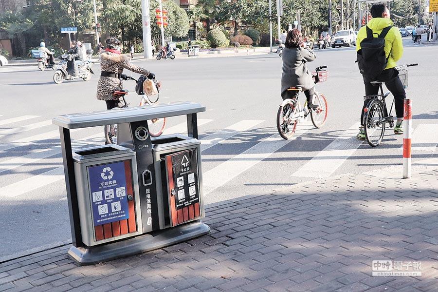 為做好垃圾回收與不亂丟,上海街頭如今隨處可見提供分類的行人垃圾桶。(記者吳泓勳攝)