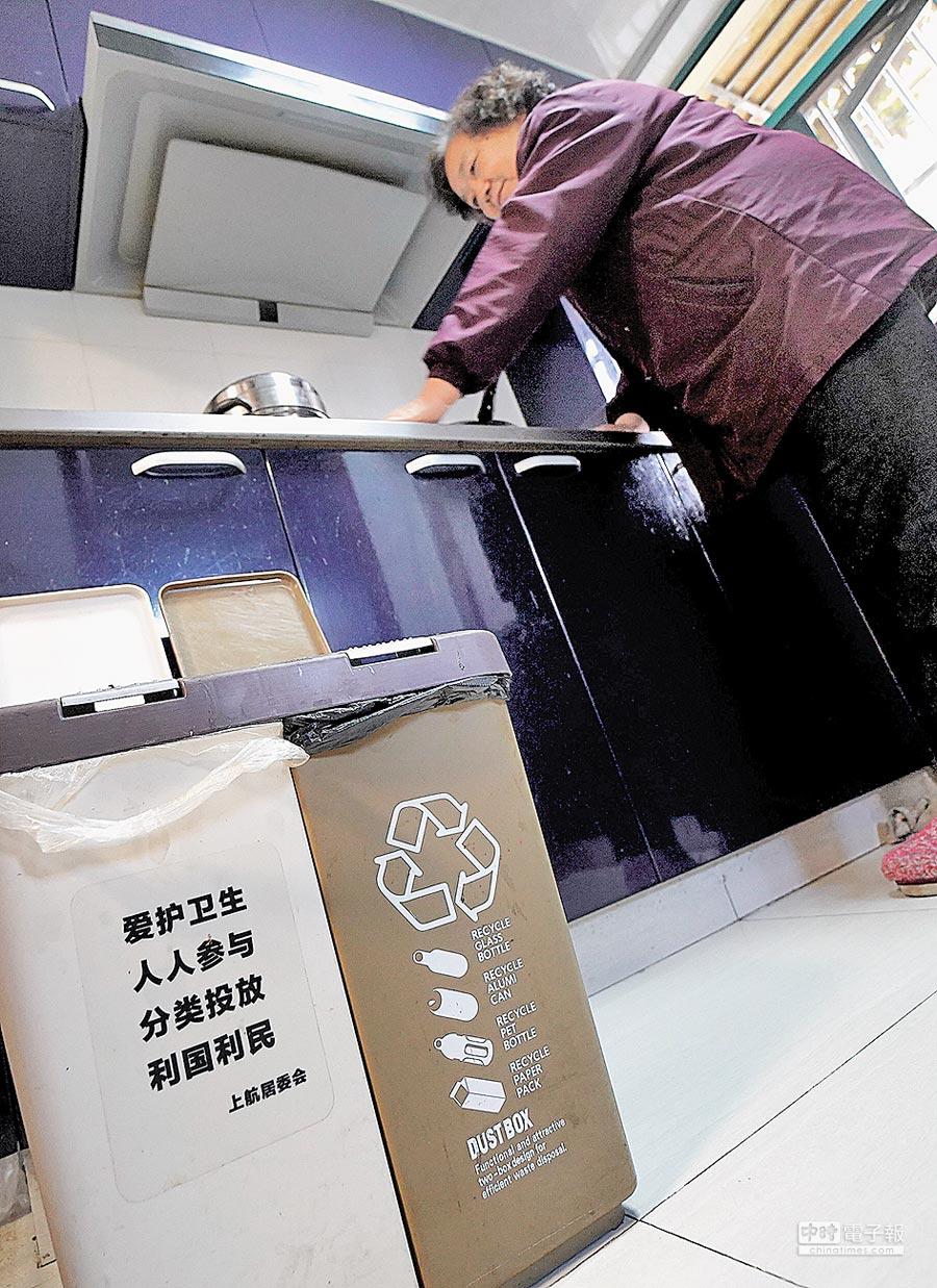 上海市民家中的垃圾桶按乾濕分離分類擺放。(新華社)