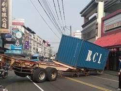 影》疑掛勾突脫落 貨櫃車轉彎車尾掉路間
