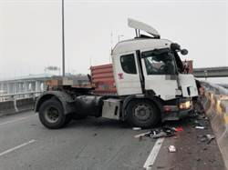 太險了! 國道三號尖峰時段 聯結車翻覆20呎貨櫃砸落