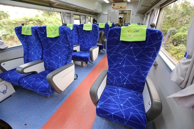 台鐵斥資7900萬元整修商務車、餐車、客廳車廂,今年1月正式啟用,商務車廂內裝以代表海洋的藍色為主軸,2加1的座椅配置讓乘坐空間更寬敞、舒適。(黃世麒攝)