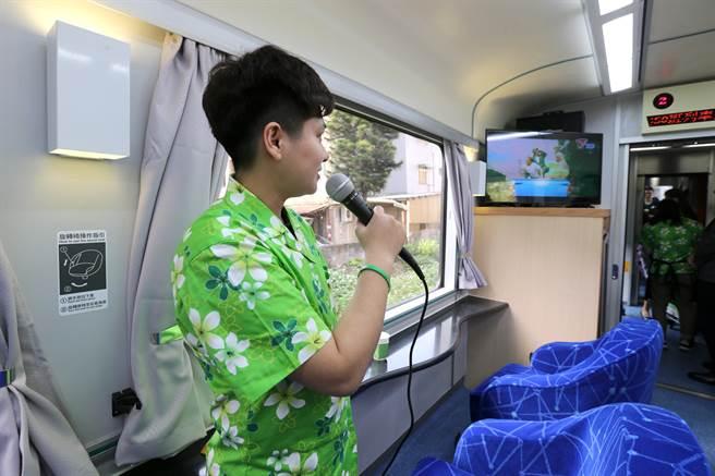 台鐵斥資7900萬元整修商務車、餐車、客廳車廂,今年1月正式啟用,客廳車廂內裝以代表海洋的藍色為主軸,有明亮觀景窗、流線吧檯、觀景迴轉座椅,還可以唱卡拉OK。(黃世麒攝)