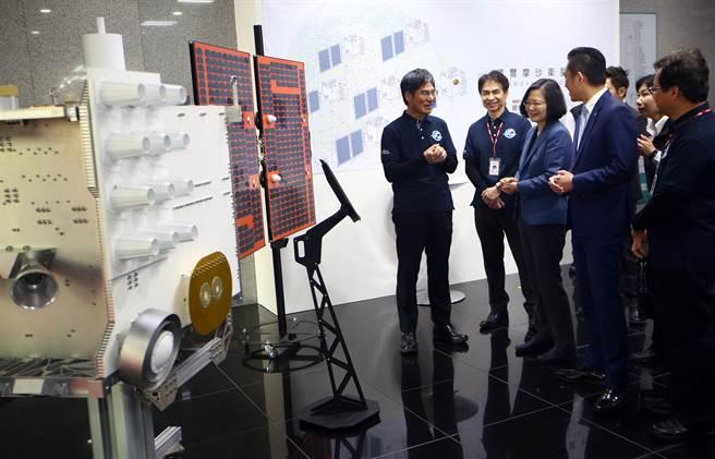 蔡英文总统(右3)21日在科技部长陈良基(左1)陪同下,视导国家实验研究院国家太空中心,了解卫星整备情形。图左为福卫七号展示模型。(陈信翰摄)
