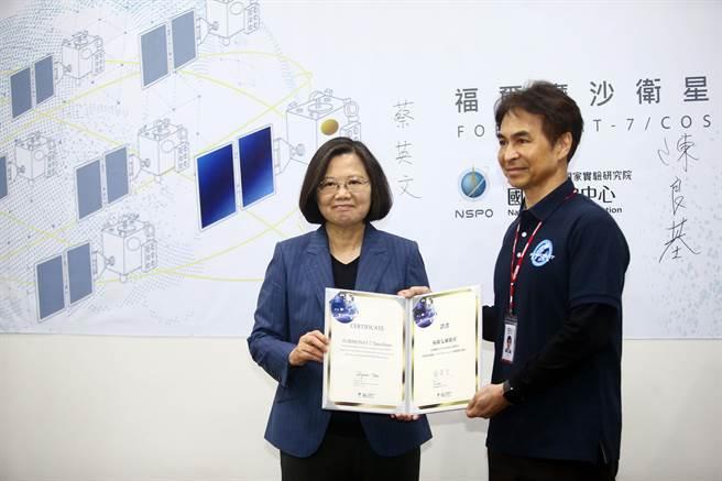 蔡英文颁发福卫七号卫星合格证书给太空中心主任林俊良(右)。(陈信翰摄)