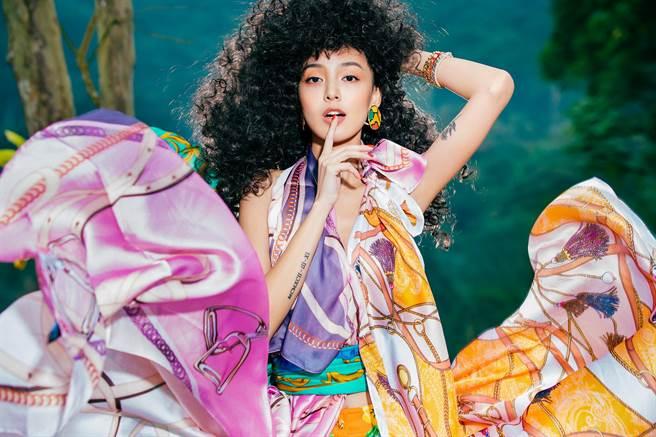 李函穿上CINDY圖騰絲巾變身的洋裝,搭配TASTBOUTIQUE的VITAFEDE皮革手環,讓新光三越「春日情結」時尚多了異國浪漫風情。(新光三越提供)