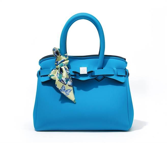 新光三越「綁結繫帶風」單品,SaveMyBag藍色手提包(含絲巾)。(新光三越提供)