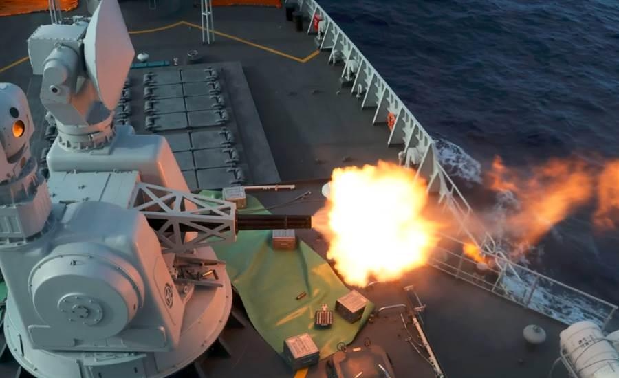 「合肥」號飛彈驅逐艦最近在太平洋的實戰演習中發射近迫武器系統。(中國軍網)