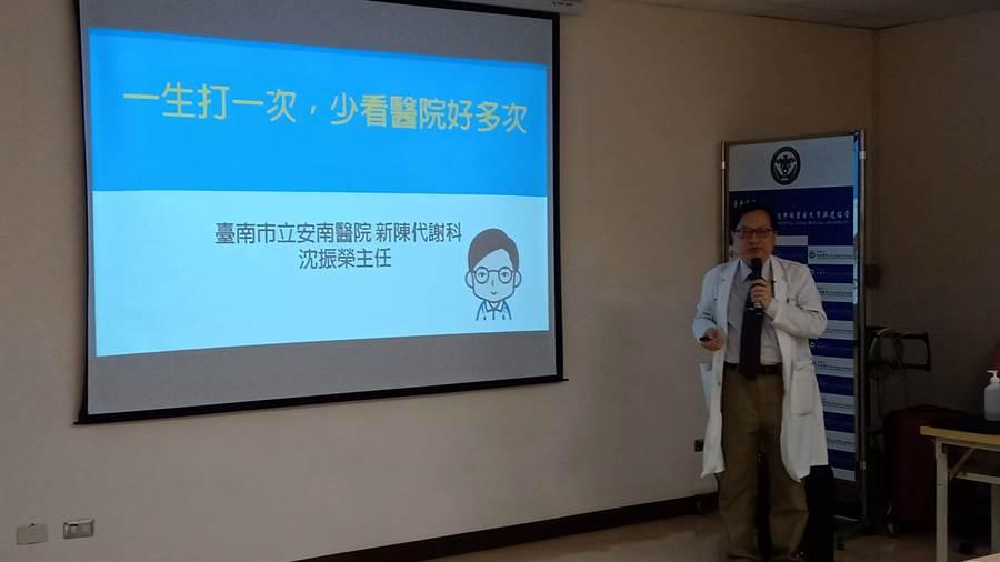 安南醫院新陳代謝科主任沈振榮提醒流感引起的肺炎是慢性患者常見的疾病。(程炳璋攝)