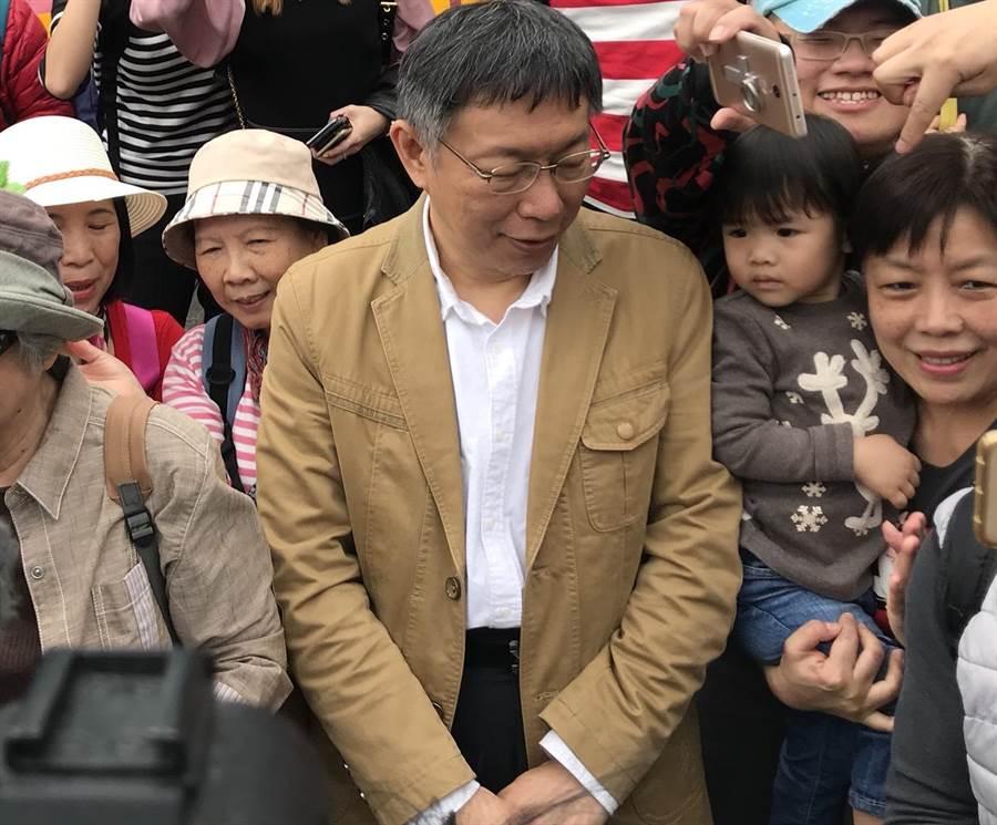 台北市長柯文哲今出席「士林官邸鬱金香展」,提及台北燈節挨轟史上最爛,柯文哲受訪時一度語塞。(李依璇攝)