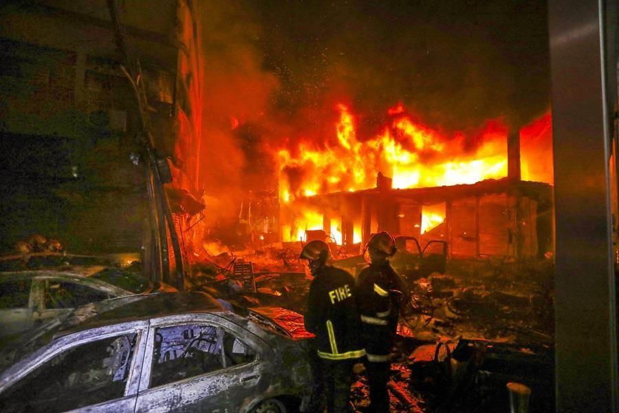 孟加拉首都達卡舊城區20日晚間一棟建築起火,火勢迅速延伸至鄰近大樓,目前已造成70人喪生。(圖/美聯社)