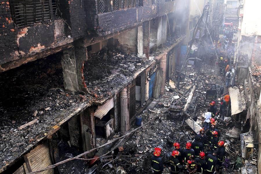 達卡舊城區建築大火已在今天凌晨撲滅,現場宛如戰後廢墟。(圖/美聯社)
