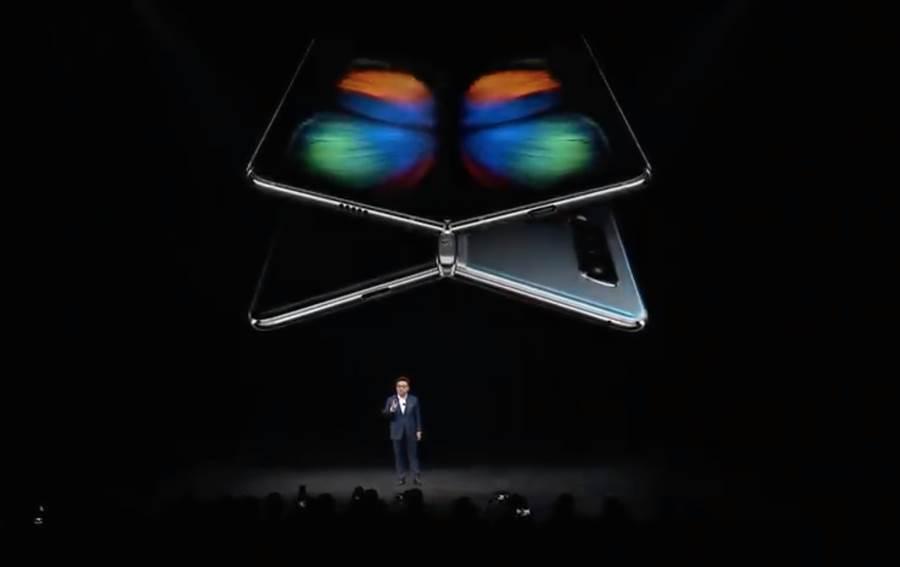 三星 Galaxy Fold 發表,官方秀出的展開桌面為蝴蝶,似乎暗喻期待新品能夠在天空中高飛,贏得消費者的心。但事實上,後續挑戰仍舊十分巨大。(圖/翻攝三星直播畫面)