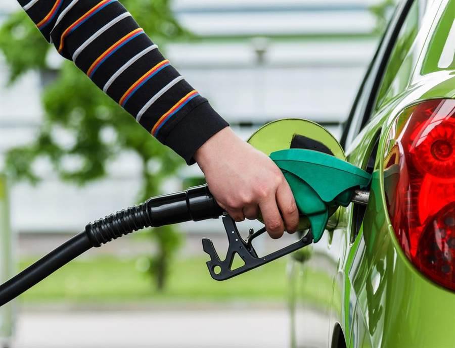 國際油價大漲,國內汽油下週恐大漲1.5元,但仍有亞鄰最低價的天花板,車主們應可稍稍?#21028;摹#?#22294;/達志影像)