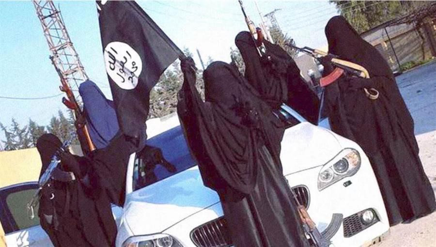 2014年,IS強橫一時,許多女性加入恐怖組織,被稱為ISIS新娘。(圖/美聯社)