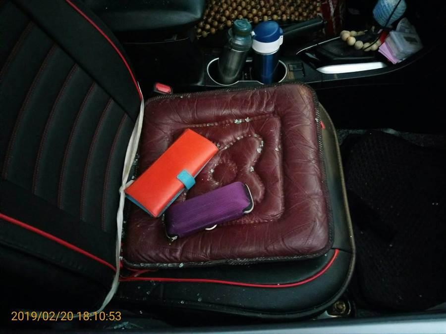 車內座椅有玻璃碎片。(警方提供)
