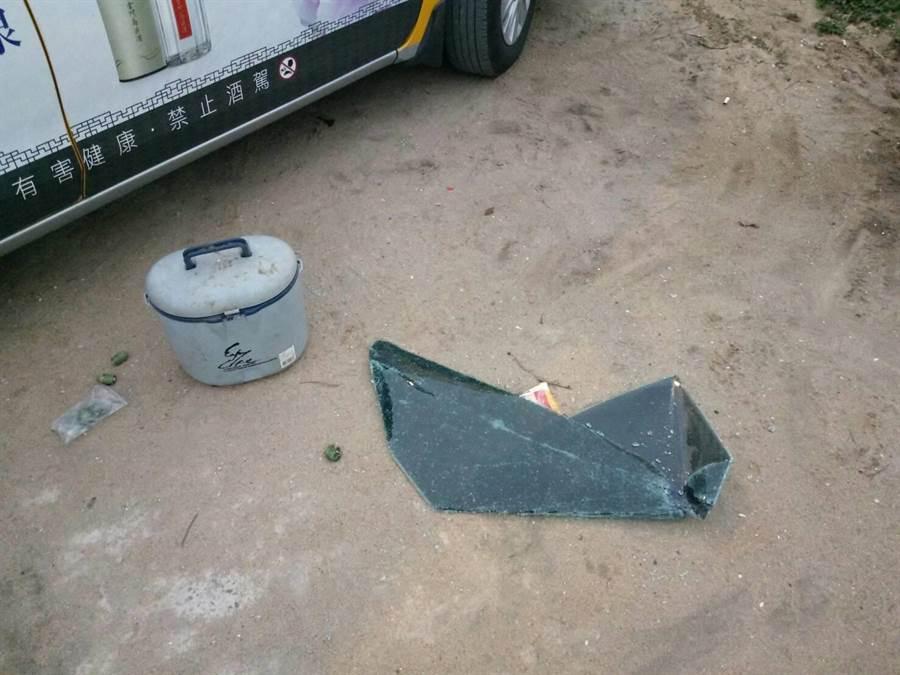 遭砸碎的車窗掉落地上。(警方提供)