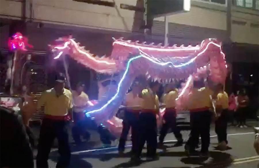 台中市南屯區同心里以舞龍來慶元宵。(黃國峰翻攝)