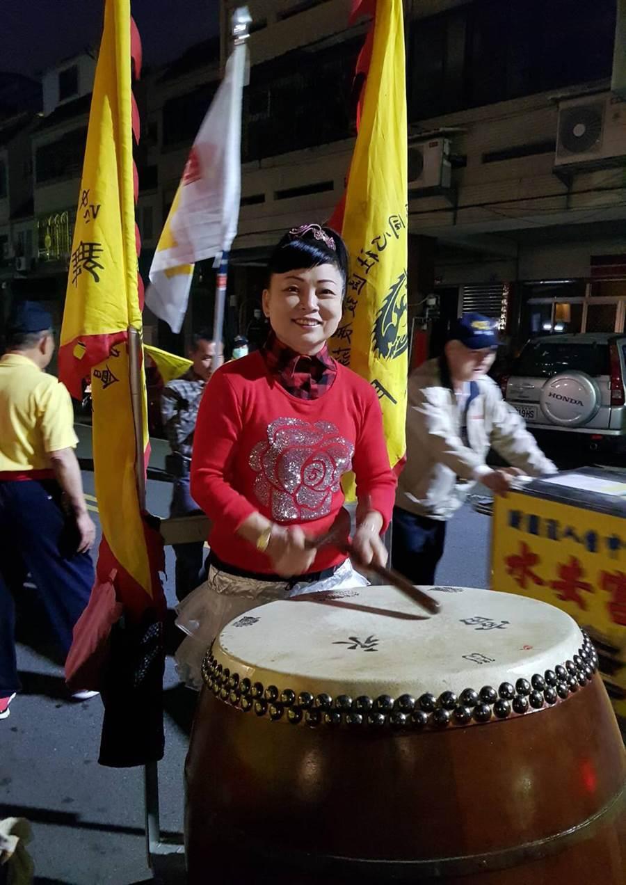 台中市南屯區同心里以舞龍來慶元宵,里長蔡保秀打鼓,掌握舞龍節奏。(黃國峰翻攝)