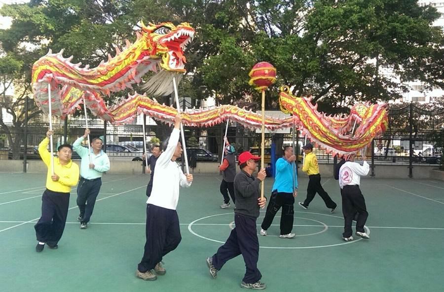 台中市南屯區同心里,民國98年就成立舞龍隊,圖為隊員在永春國小集訓。(黃國峰翻攝)