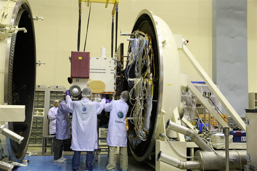 圖為福七團隊在發射前,進行測試。(太空中心提供)