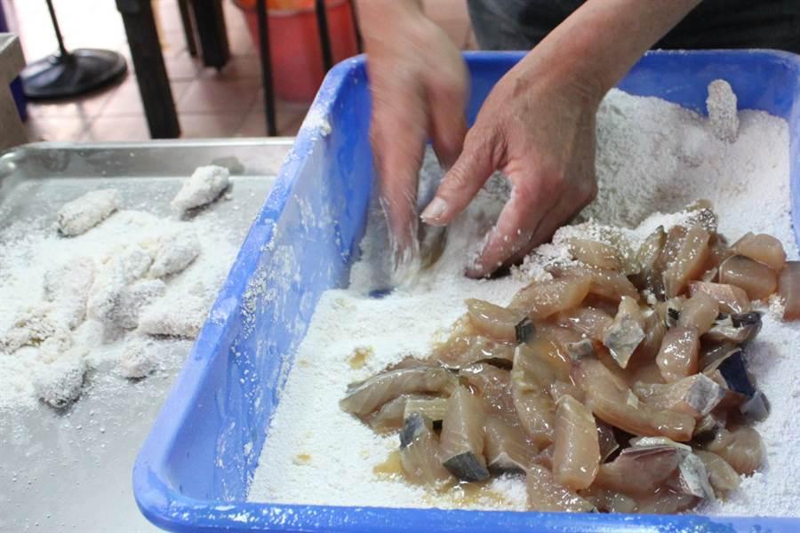 目鏡黃土魠魚羹,魚塊現場裹粉現炸,貨真價實。(吳敏菁攝)