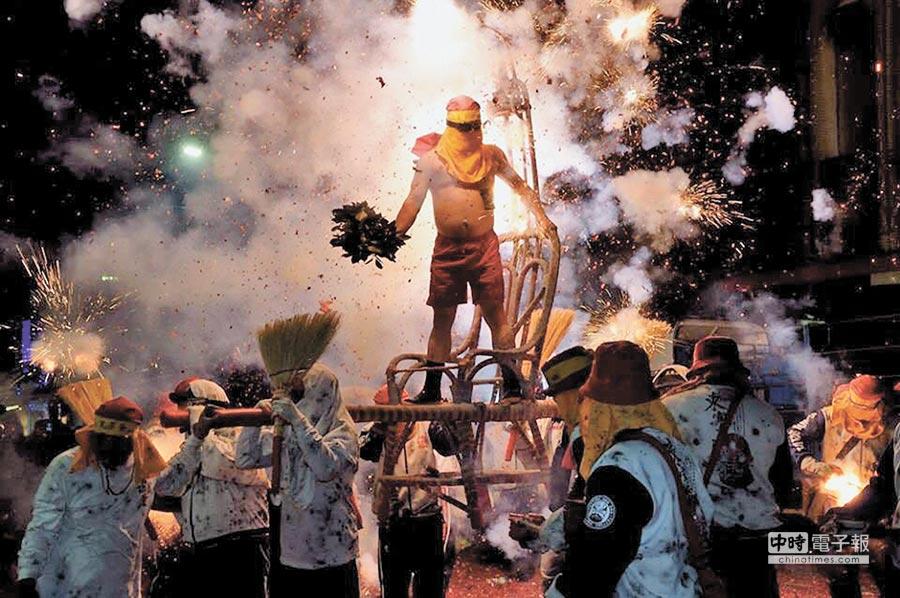 網友在網路上吶喊「還我們傳統元宵節」;圖為去年炸寒單情景。(楊漢聲攝)