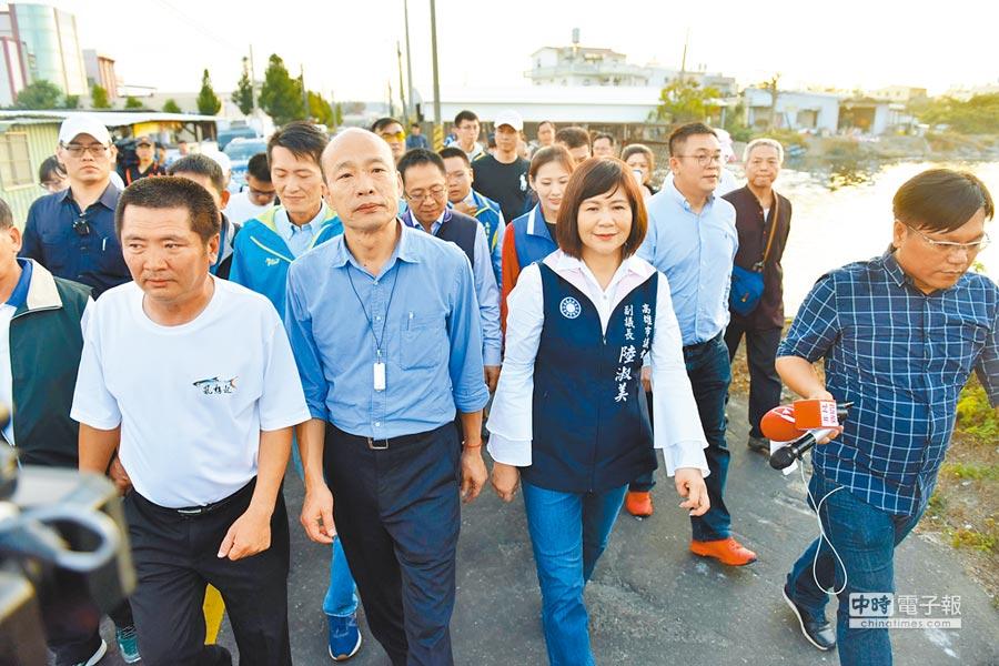 2月19日,高雄市長韓國瑜(前排左二)清晨5點半巡訪彌陀魚市場,並親自體驗魚貨拍賣過程。(本報系資料照片)