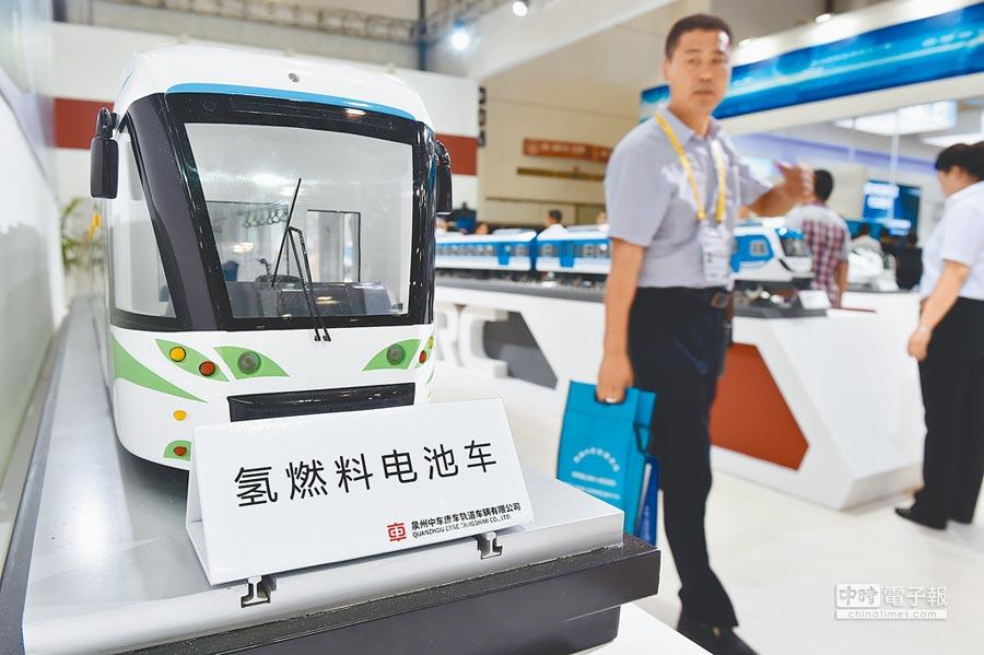 2016年9月8日,廈門投洽會的中國中車展位,一位客商參觀氫燃料電池車模型。(新華社)