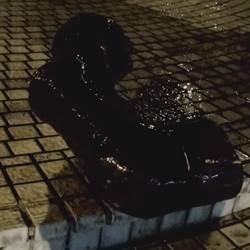 影》政大蔣公騎馬像遭鋸馬腿潑漆 學生:清除校內威權象徵