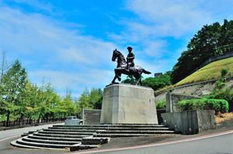 影》政大後山蔣公銅像遭潑漆損毀 校方將提告損毀罪