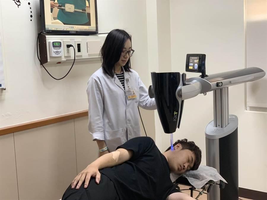 對於患者罹患腰痛,活力得中山脊椎外科醫院物理治療師許芳毓以聲波動力平衡系統治療。(林瑞益攝)