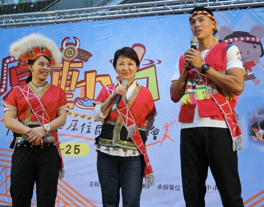 台中市長盧秀燕(中)說,奧運中大家最關心的項目棒球,資格賽就在台中舉行,11月開始有世界12強,明年3月有東京奧運棒球資格賽。(盧金足攝)