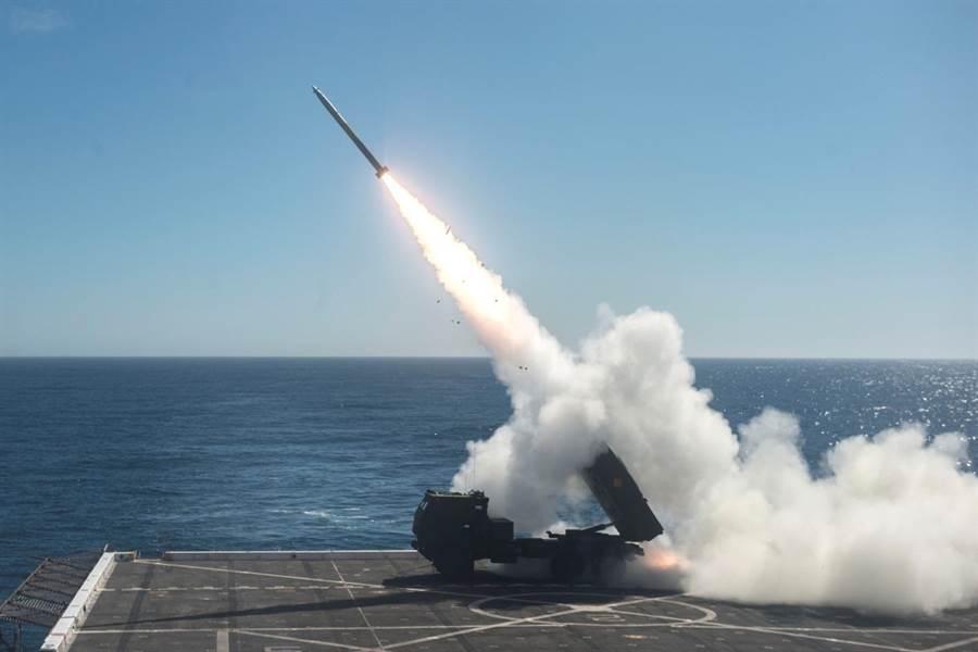美軍曾於兩棲攻擊艦甲板上試驗以海馬斯高機動火箭砲系統進行反艦作戰與陸地支援任務。(圖/美國海軍)