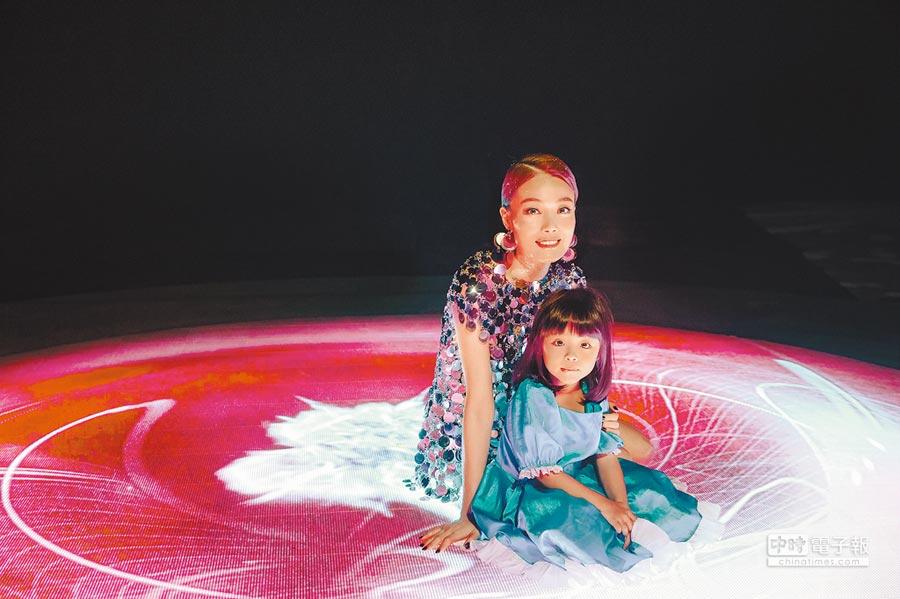 容祖兒(後)在新歌MV裡與4歲小女童開心入鏡。