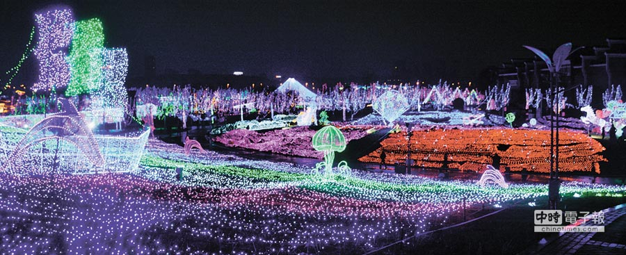 梅湖景區花博園張燈結綵,遊客以賞花燈的方式慶祝元宵佳節。(許南平攝)