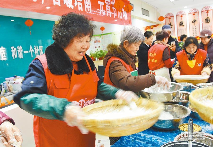 2月15日,塔南社區居民圍在一起滾元宵、話民俗,熱鬧非凡。