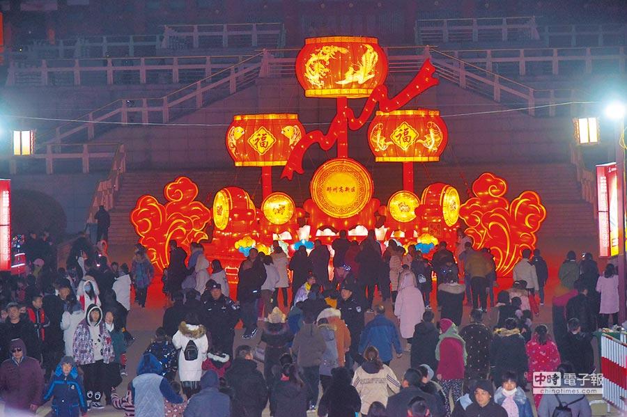 2月16日晚間,邳州第四屆元宵燈會如期開幕,51個大型燈組與沙溝湖水杉公園形成「燈、水、景」交相輝映的景觀。