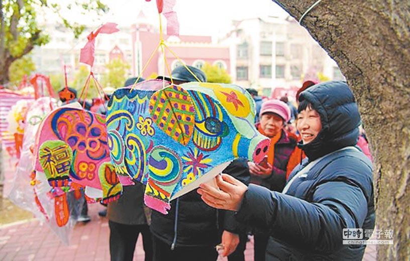 2月18日,泰山街道興泰社區舉辦元宵節民俗文化活動。社區居民歡聚一堂,紮花燈、猜燈謎。