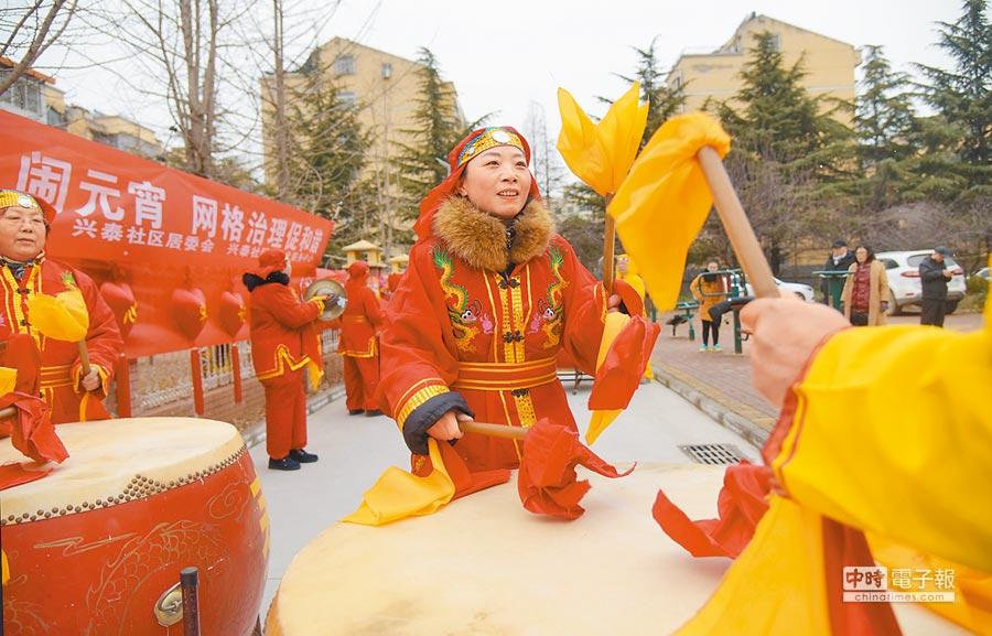 2月18日,泉山區紮花燈、猜燈謎,歡歡樂樂鬧元宵。