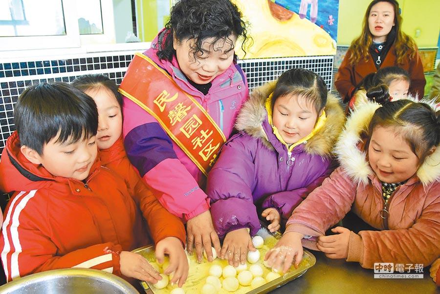 2月18日中午,鼓樓區銅沛街道民馨園幼稚園的小朋友來到夕陽紅敬老院,為老人親手製作元宵。