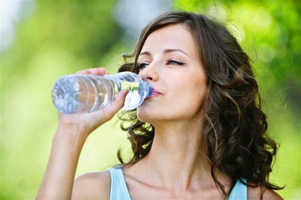 選擇適當時間喝白開水,不但可解渴,還能降低血液黏稠度,從而在一定程度上降低血栓風險。(達志影像/shutterstock)