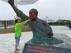 報復剁蔣銅像馬腳?  七股黃昭堂公園銅像遭噴漆