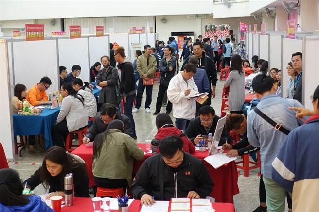 雲林縣府23日舉辦今年第一場就業博覽會,大部分是工業區廠商的徵才,年輕求職者多。(周麗蘭攝)