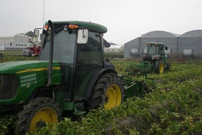 雲林縣農業缺工嚴重,今年將開辦全台唯一的農業機械操作修理班,鼓勵青農接受職業訓練後,不論自己操作農機或代工為業都可以。(斗南鎮農會提供)