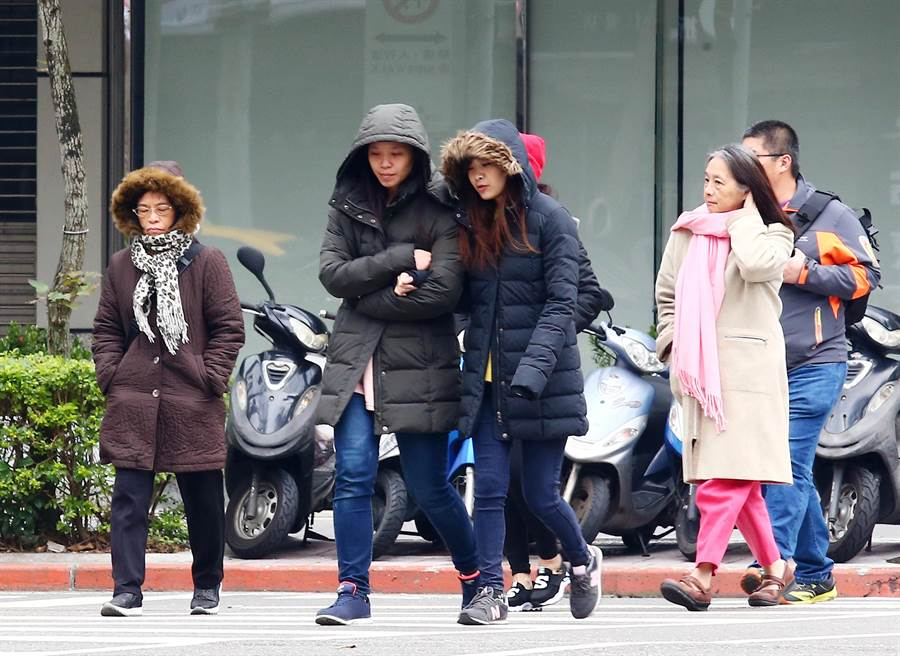 大陸冷氣團來襲,今明北台灣天氣偏冷有雨。(資料照/陳信翰攝)