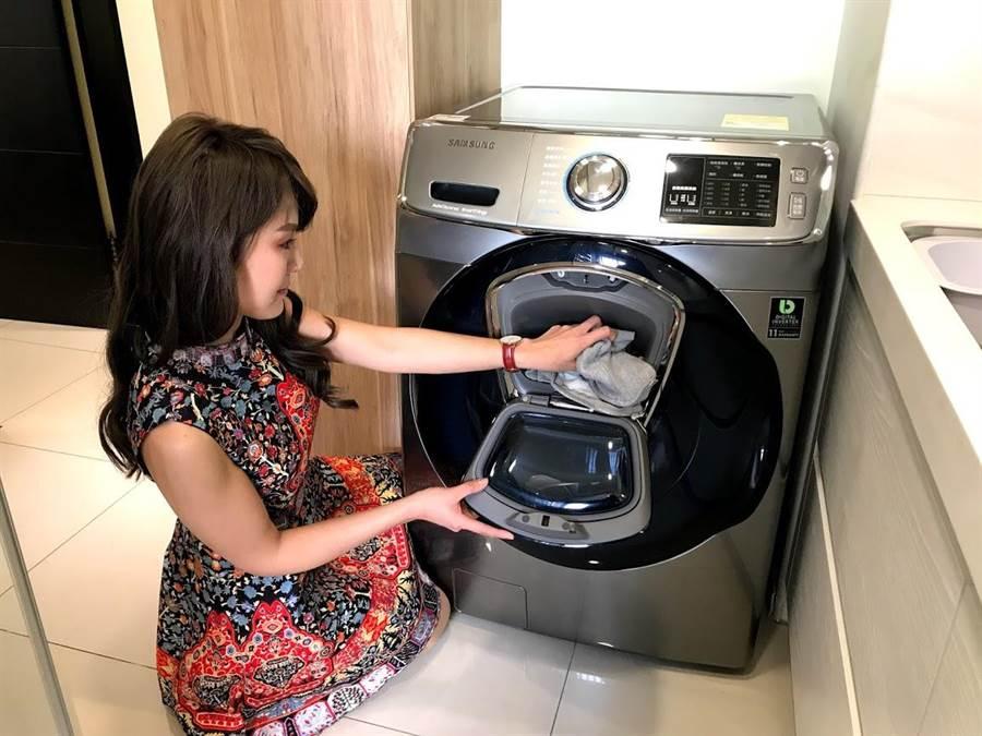 「三星AddWash潔徑門滾筒洗衣機」獨家的「潔徑門」設計可以讓你隨時放進漏洗的衣物,解決了滾筒洗衣機的困擾,大獲好評。